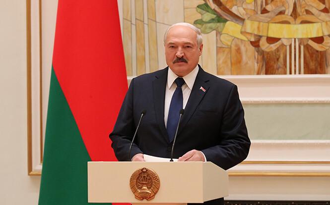 Лукашенко приходится выбирать между властью и Западом: политолог озвучил итог