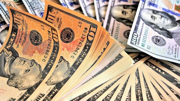 Стоит ли покупать доллары: экономист дал неожиданный совет украинцам