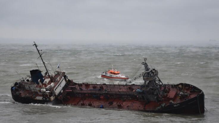В Одессе не смогли убрать потерпевший крушение танкер: все подробности