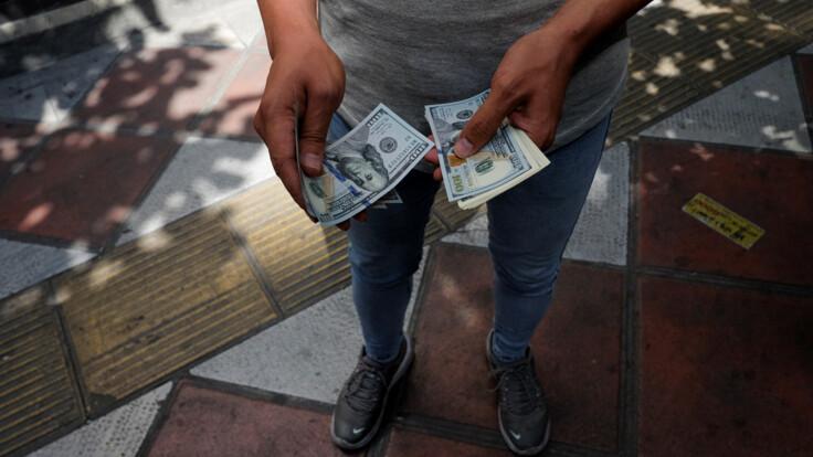 Залежить від мети: банкірка розповіла, чи купувати долари і у що вкласти гроші
