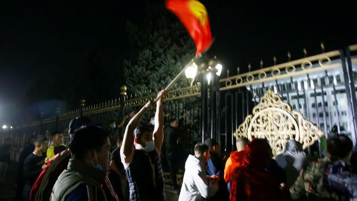 Протесты в Кыргызстане перешли в борьбу двух групп - журналистка