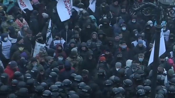 Люди падают на асфальт: у Рады произошли стычки между предпринимателями и полицией - видео