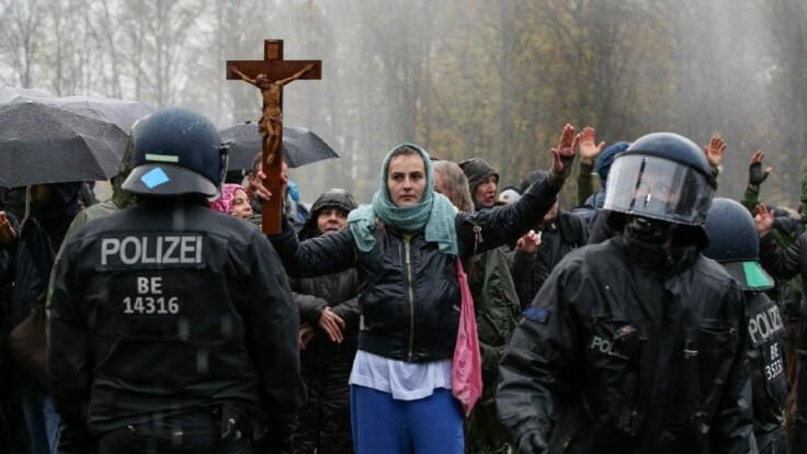 Антикарантинный протест в Берлине – журналист указал на важную деталь