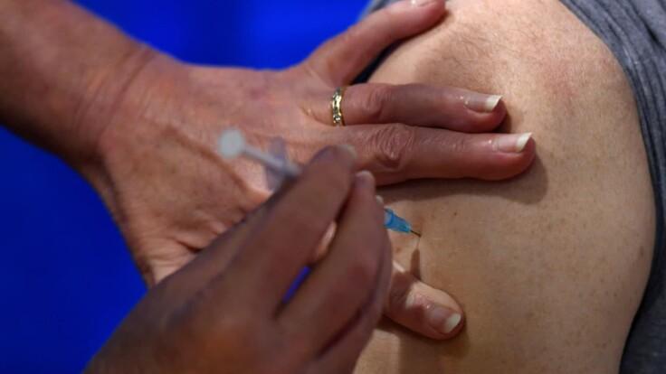 Аллергия на вакцину: врач рассказал, как уберечься во время прививки от коронавируса