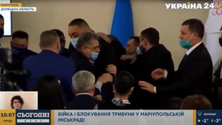 """""""Битва за ресурс"""": в Мариуполе депутаты подрались из-за бюджета"""