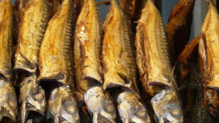 """Покупателей предупредили о копченой рыбе с опасными """"сюрпризами"""": что надо знать"""