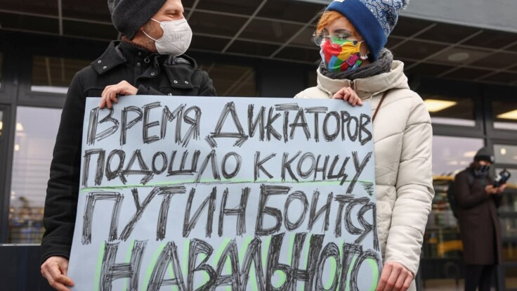 Путіну потрібно було голим вийти на Красну площу — журналіст про повернення Навального