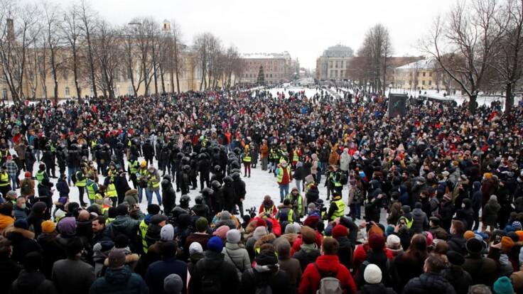 Смена власти через улицу нереальна — юрист о протестах в России