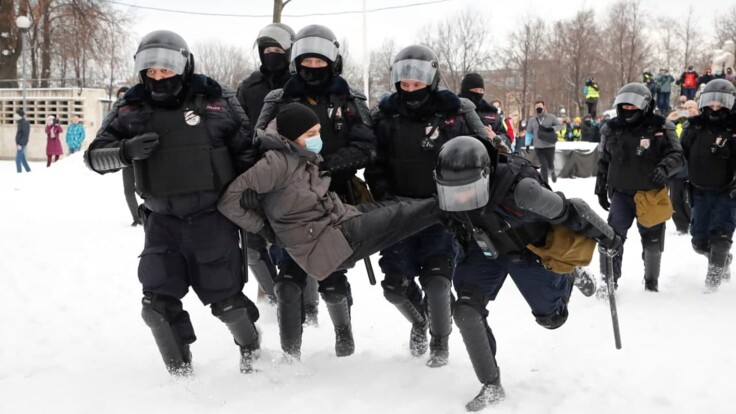 Во время протестов  в России применялись светошумовые гранаты и газ, детали от активиста