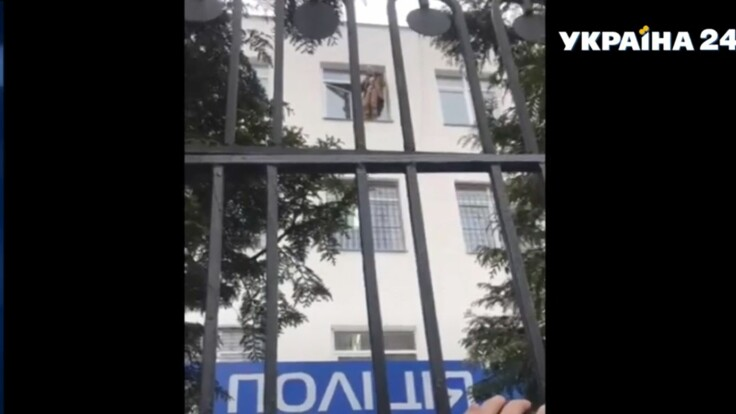 """В отделении полиции человек угрожает самоубийством из-за канала """"Наш"""": подробности и видео"""